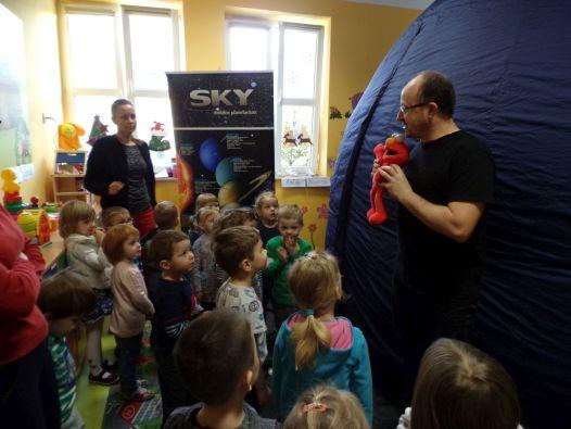 Dzieci w Mobilnym Planetarium